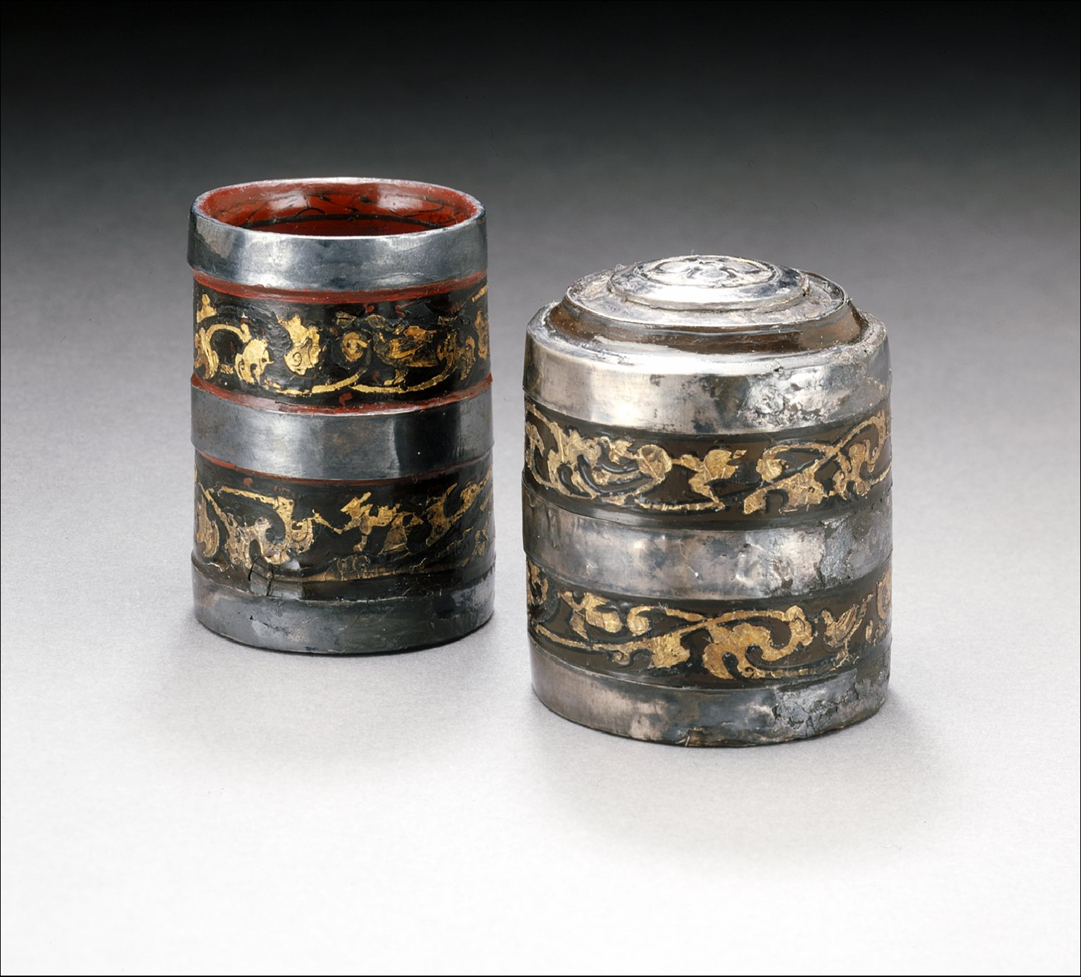 Small Round Lidded Cosmetic Box (Lian) with Scrolling Clouds and Birds