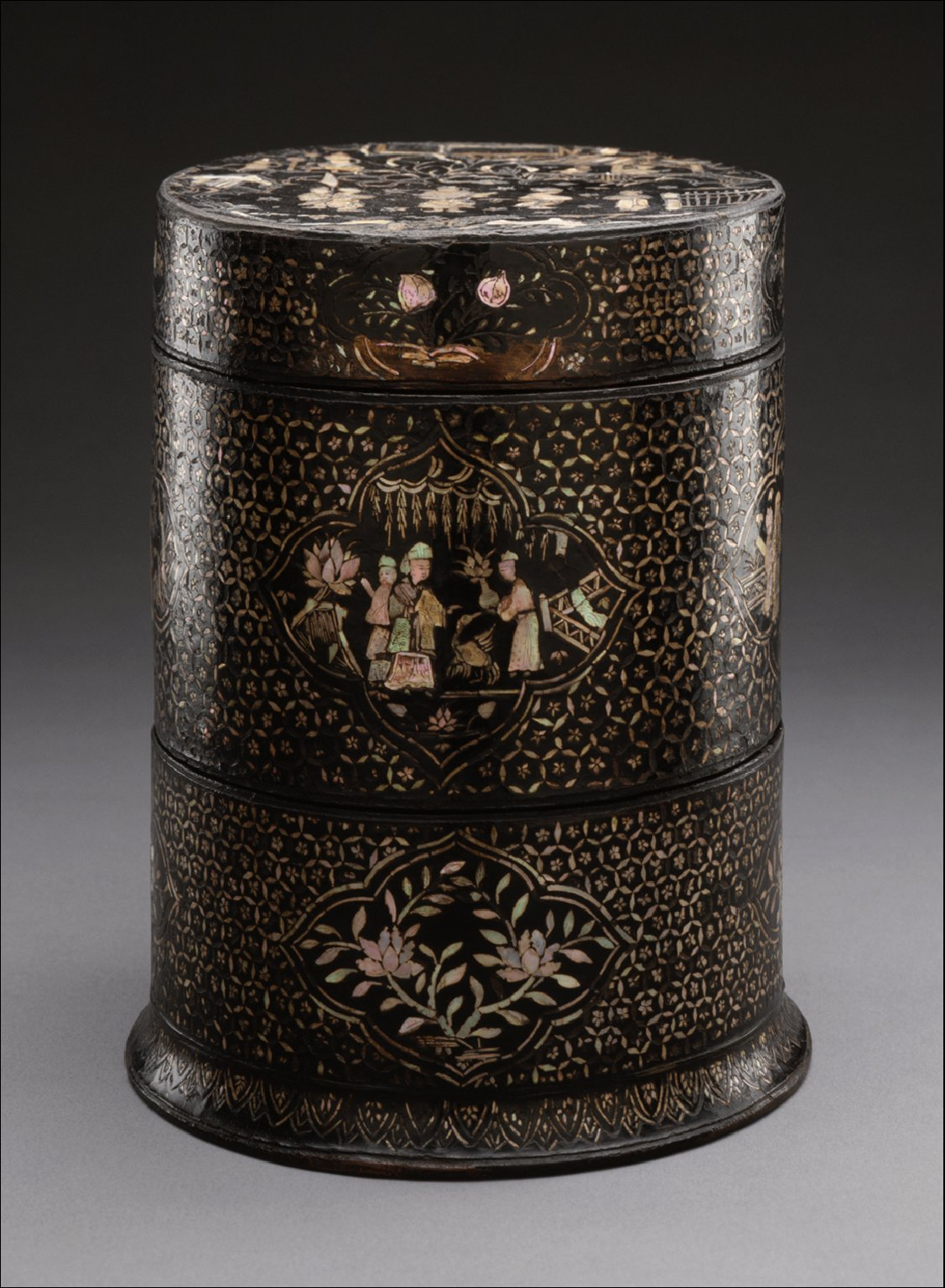 Circular Cosmetic Box with Figures in Landscape